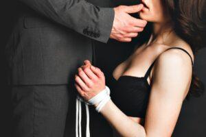 عالقين في نشوة الإثارة الجنسية ، نكتشف جسد الآخر ولكن أيضًا خيالاته الجنسية. في الواقع ،